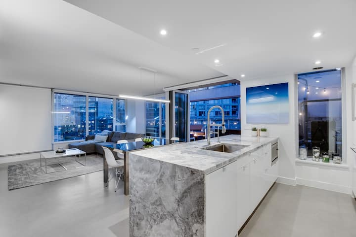 One-of-a-kind Luxury Penthouse w/ private hot-tub