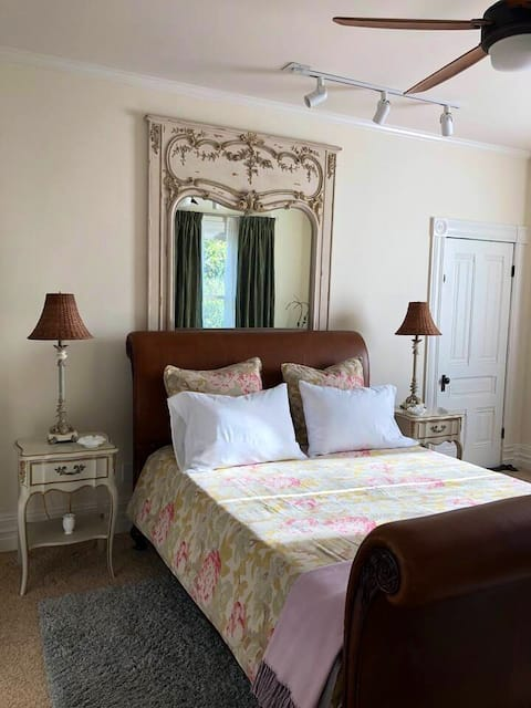 Bedroom in Country Victorian Farmhouse -2 guests