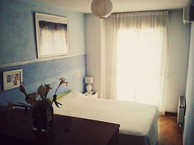 Una habitación y baño (B&B)