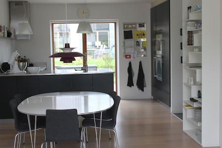 Light and modern familiy house - Hus