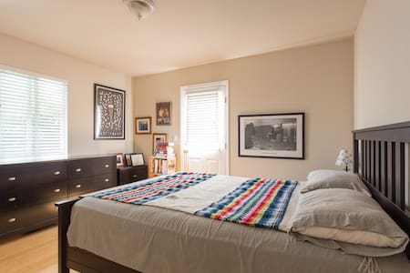 Enjoy your private bedroom in a charming, cheerful home minutes walk to Capitola Beach/Village, plenty of great restaurants nearby. 12-min. drive to Santa Cruz Beach and Boardwalk & downtown. Wifi, private access to deck, & great host!!
