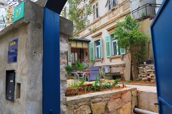 Entrancedoor to the garden and apartment
