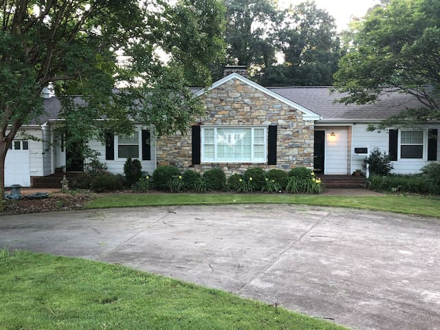 Elegant Pet Friendly Ranch close to everything!
