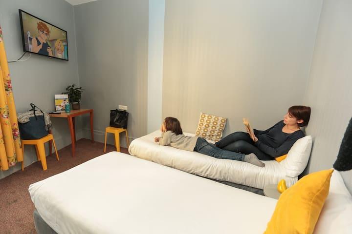 Economy Twin Room in hostel near Eiffel Tower (4km)