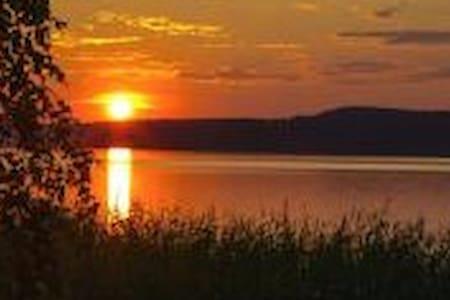 Шалаш на берегу озера
