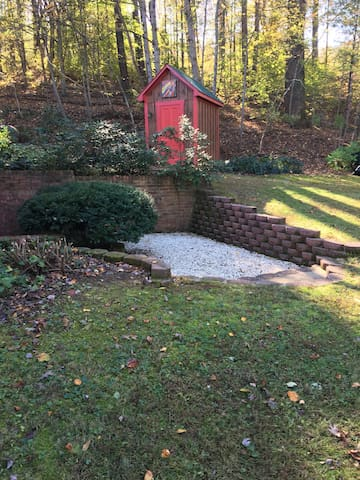 Walk across front yard to private entrance.  There are 2 steps to the first pebbled area and then 2 more steps down to the entrance landing.  (Structure pictured in background is a separate shed, not the BnB.)