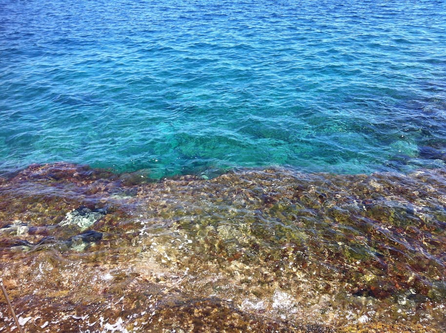 I colori riflessi dall'acqua cristallina del mare