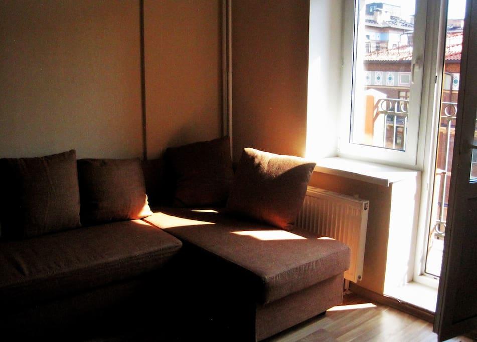 Удобный угловой диван, разбирающийся в 2-ух спальное место.