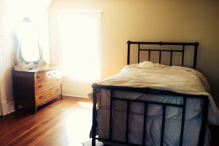 Beautiful room in an historic house with a gourmet kitchen and mountain view. The entire home is yours in the evenings so you have found a gem while looking for just a room. Walk  5 min to Capitol lake, Olympia coffee, sushi, co-op and bus. Yes there is Internet.