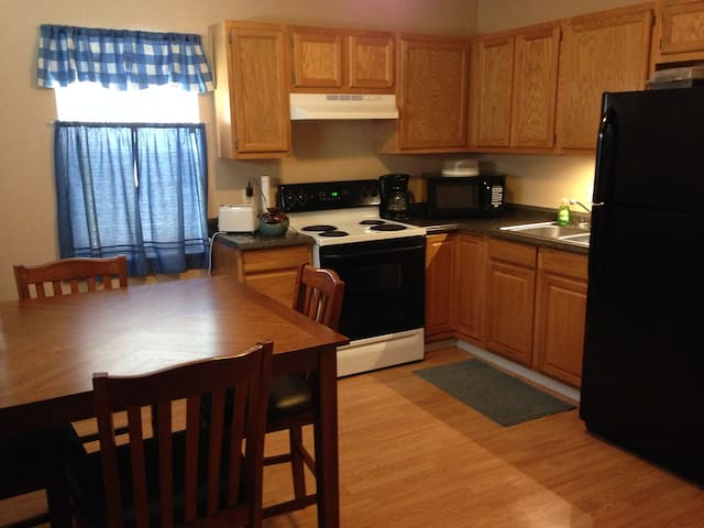 Lewis & Pearl Apt. (2 Bedrooms)-Bowling Green