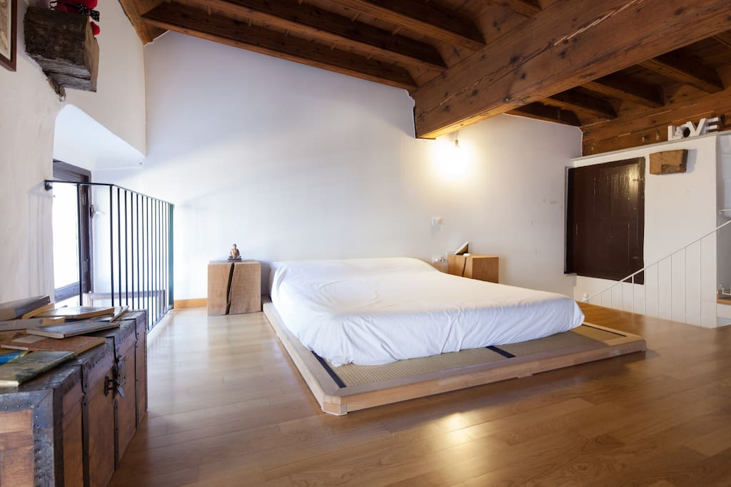 Letto per gli ospiti sotto il soffitto a cassettoni in legno del 1700