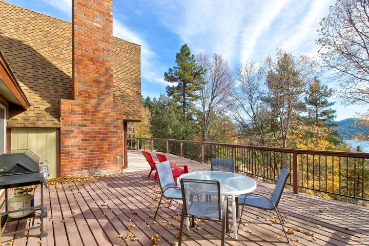 Incredible home w/full kitchen, pool table & large deck, lake views