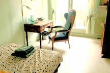 Chambre très confortable avec son coin bureau