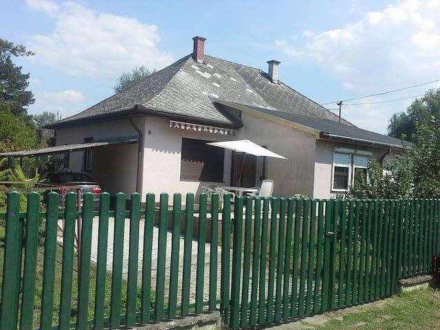 Vízparti ház saját strandos utcában - Balatonfenyves - Dům