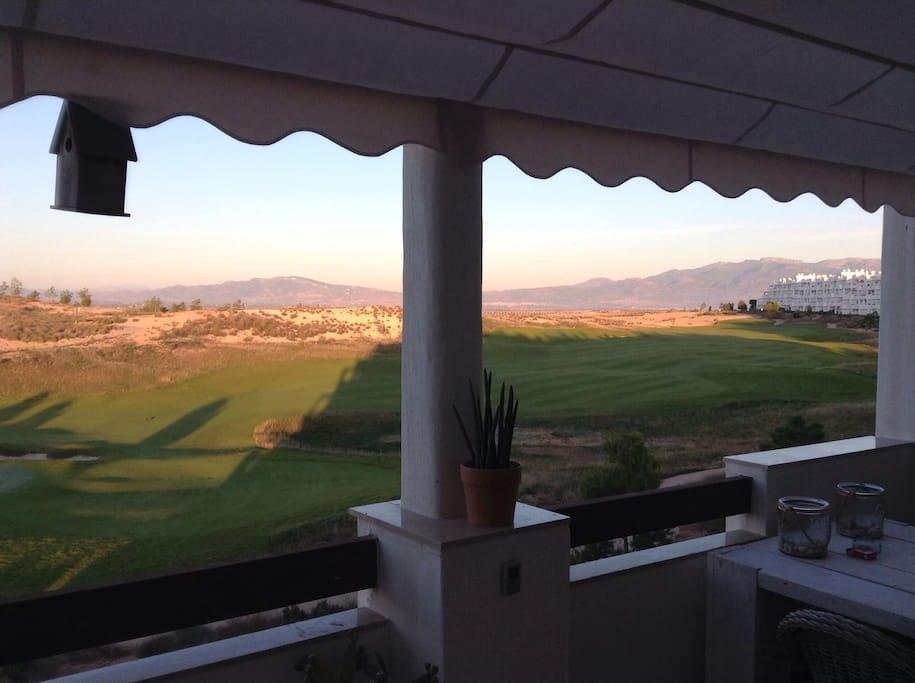 Verzicht over en op de golfbaan en bergen, adembenemende zonsondergang achter de Sierra Espunia!!