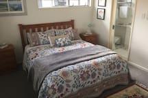 Queen bed +ensuit room 1