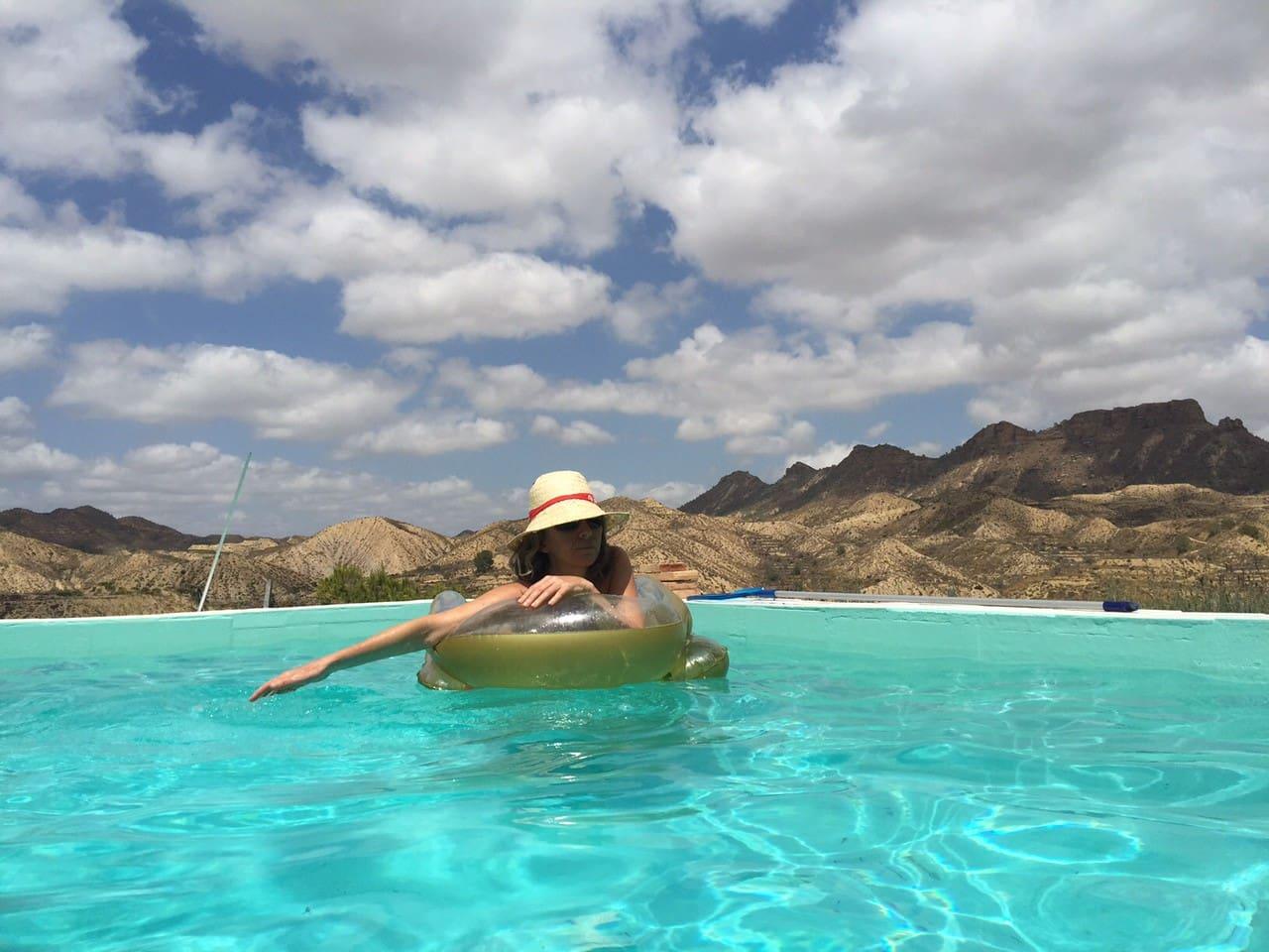 From the pool you will enjoy stunning views. Piscina con maravillosas vistas.
