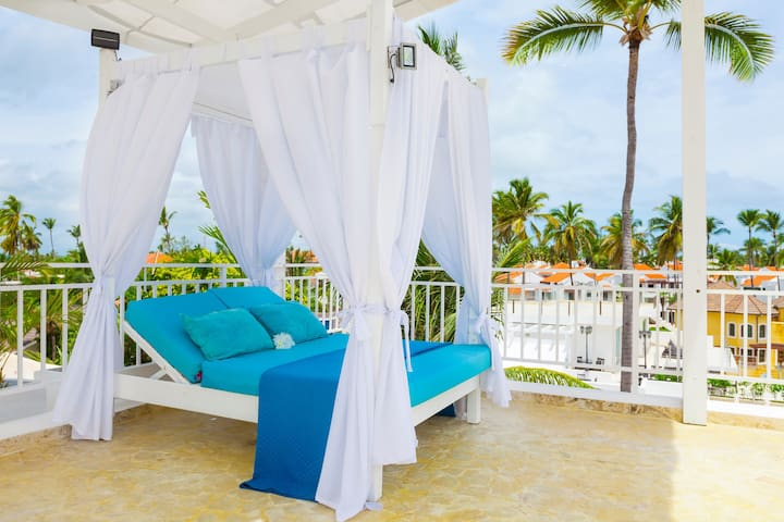 Imagine lying on the canopy bed and enjoying the ocean breeze. This is a truly unique experience!
