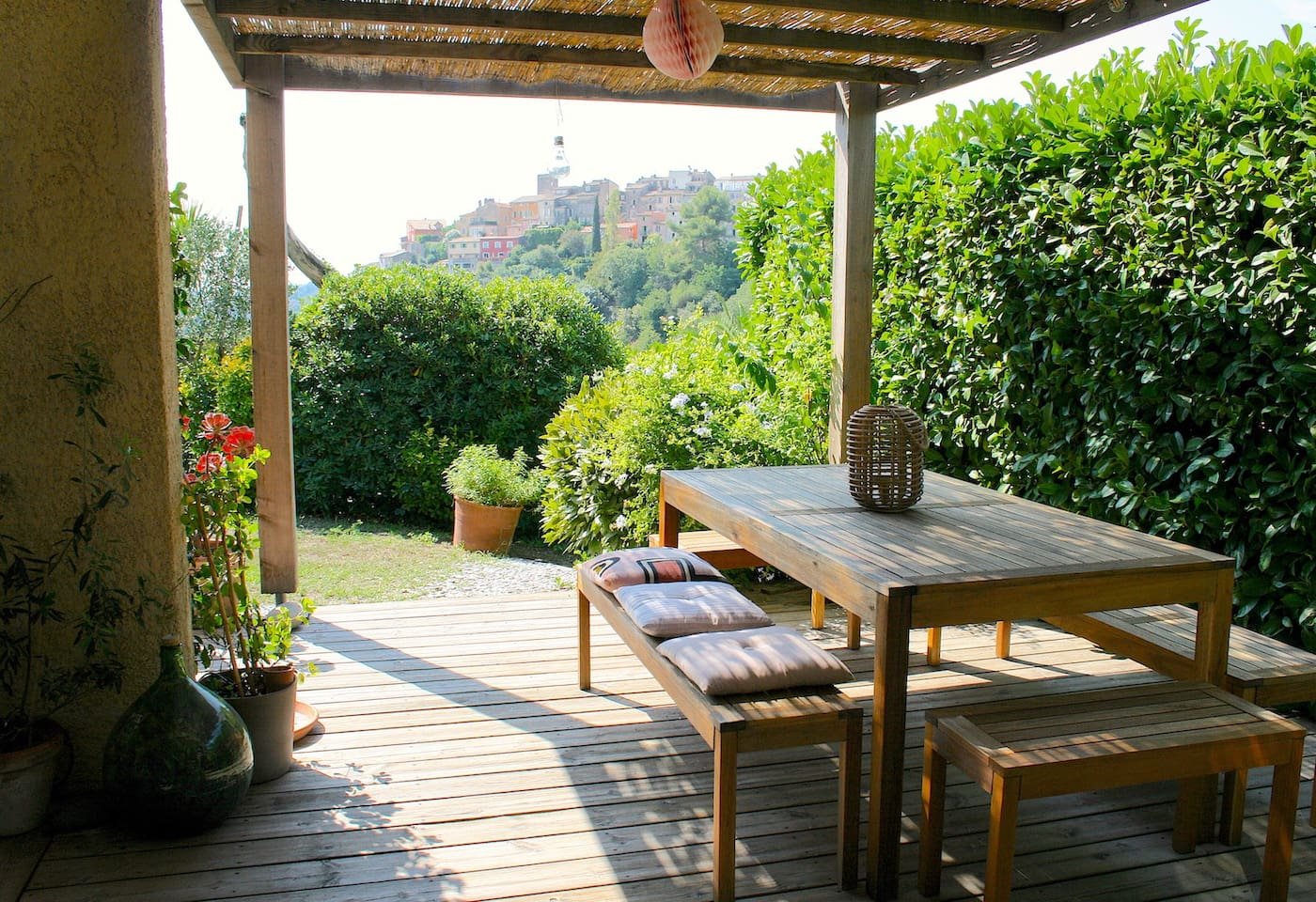coin repas extérieur bien ombragé avec pergola et vue sur le village de Biot