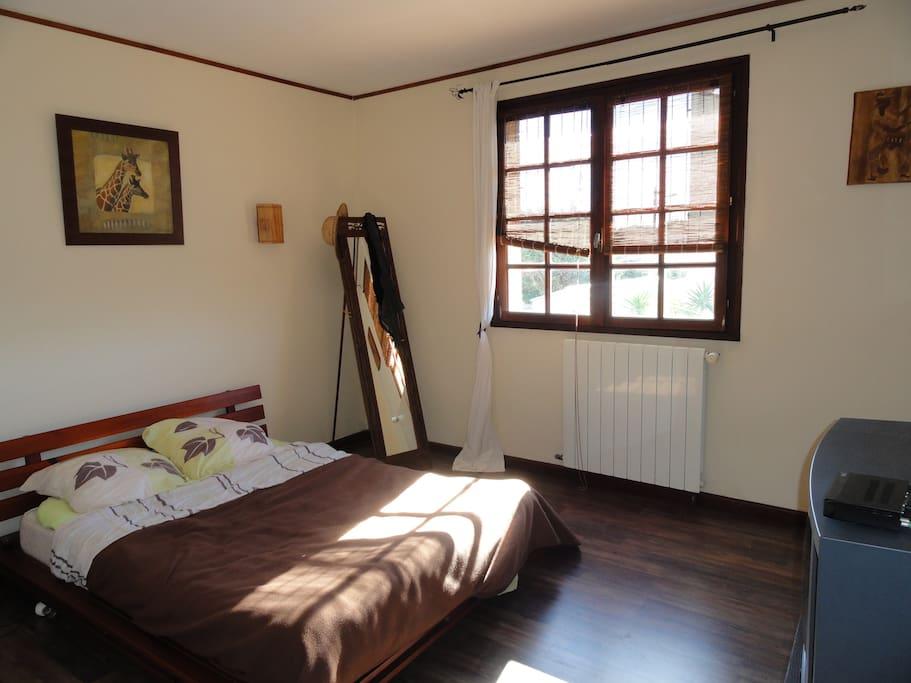 grande chambre parentale avec terrasse et TV