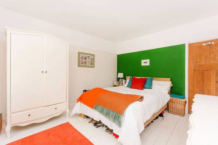 King Size bed and beautiful wooden floors. Quiet room with triple glazing