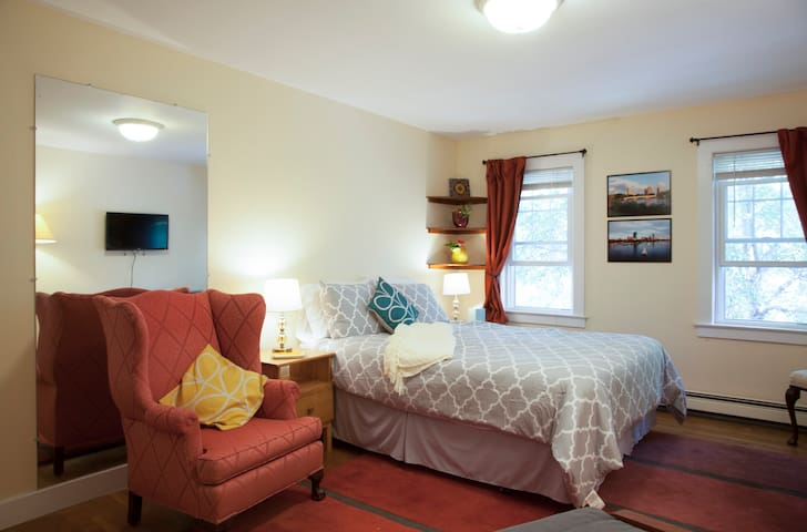 Big bedroom/own bath 12 min Harvard - Belmont - Bed & Breakfast