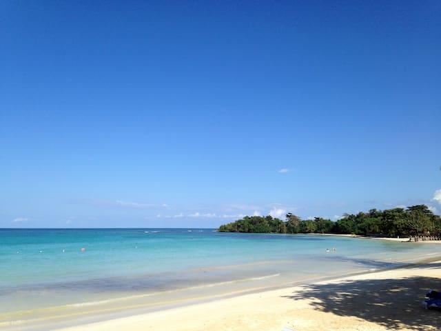 Beautiful new Condo, close to beach - Old Fort Bay, Ocho Rios - Apartment