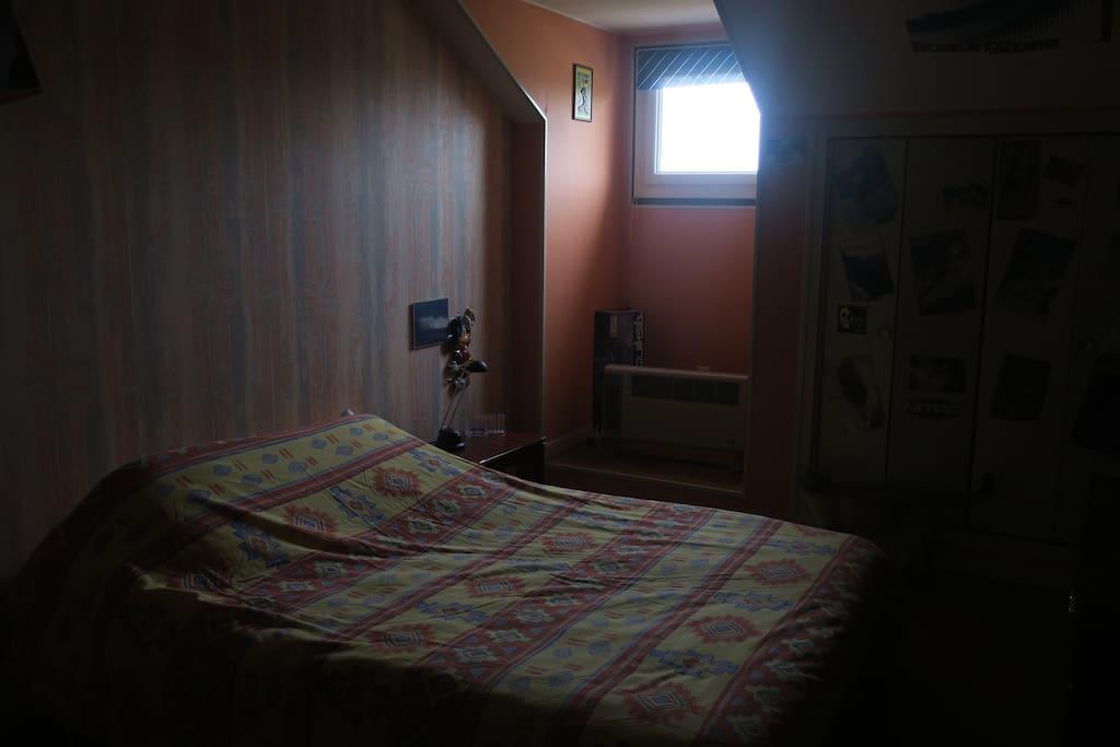 une chambre avec 1 grand lit