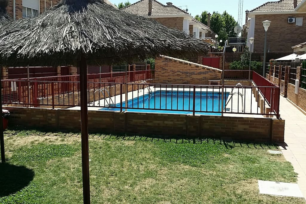 Semi detached house patio and pool chalets en alquiler en villaviciosa de od n comunidad de - Piscina villaviciosa de odon ...