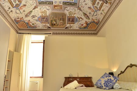 Anna double bedroom with frescos B&B Il Gianduia - Lucignano - Bed & Breakfast