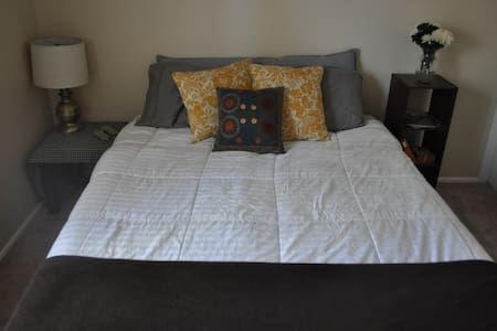 Comfortable room in a small family home. Close to Gilbert and easy freeway access! Features a Queen bed, free wifi, TV, and full bathroom. Pets welcome (we have a friendly golden retriever) and feel free to use the kitchen or laundry room!