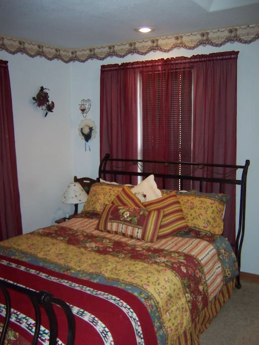 Victorian room queen bed - small fridge- double jacuzzi - shower - separate entrance to parking area-