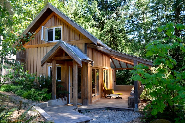 Hummingbird Hollows Guest Cabin - Salt Spring Island - Houten huisje