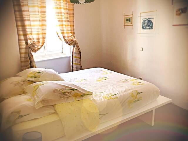 Chambre avec lit en 160/200 cm.