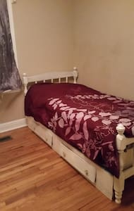 North Macon Room, Twin Bed, Great area! - Hus