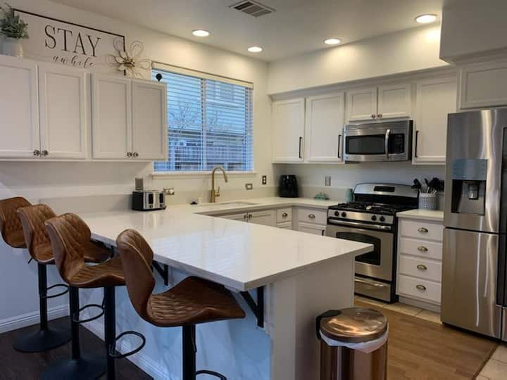 3 bd Contemporary Townhome located in Clovis