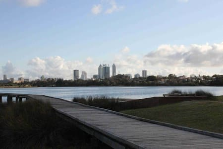 Riverside Retreat in newly renovated apartment! - Maylands - Huoneisto