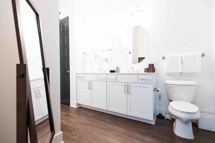 Dual sink bathroom with plenty of room to get ready for a night out on Broadway! There's also complimentary hairdryer, shampoo & conditioner, body wash, and make-up towels. Extra towels are in the bathroom closet.
