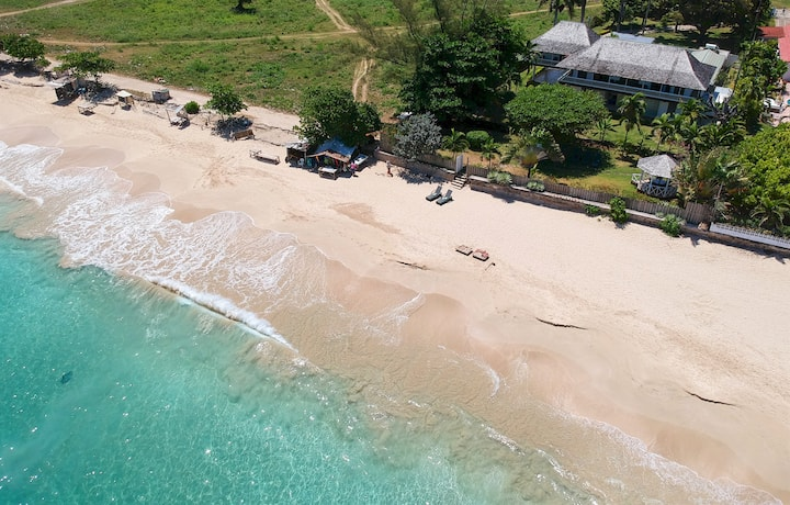 Aircon, 3 Bedroom Villa on Beach, Pool, Runaway Bay, 5 Beds, 3 Bdrms, (VTRB)