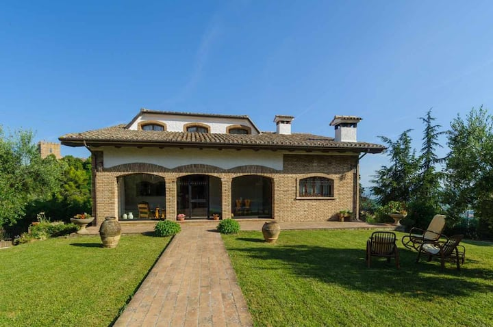 Villa Mery, on the hills of the Rimini Riviera, ideal for large groups