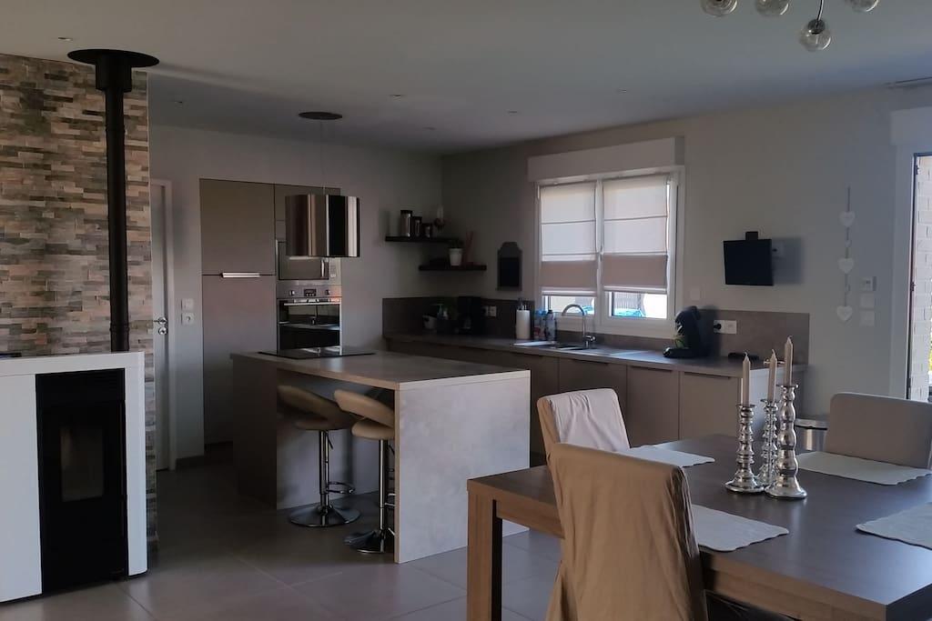 Grande pièce à vivre ouverte de 50m² avec cusine, salon séjour.