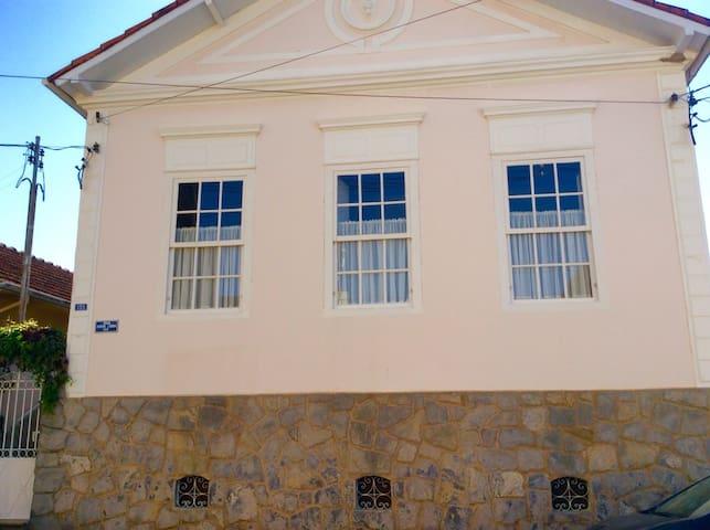 Casa centenária na rua da matriz! - Itajubá - Rumah