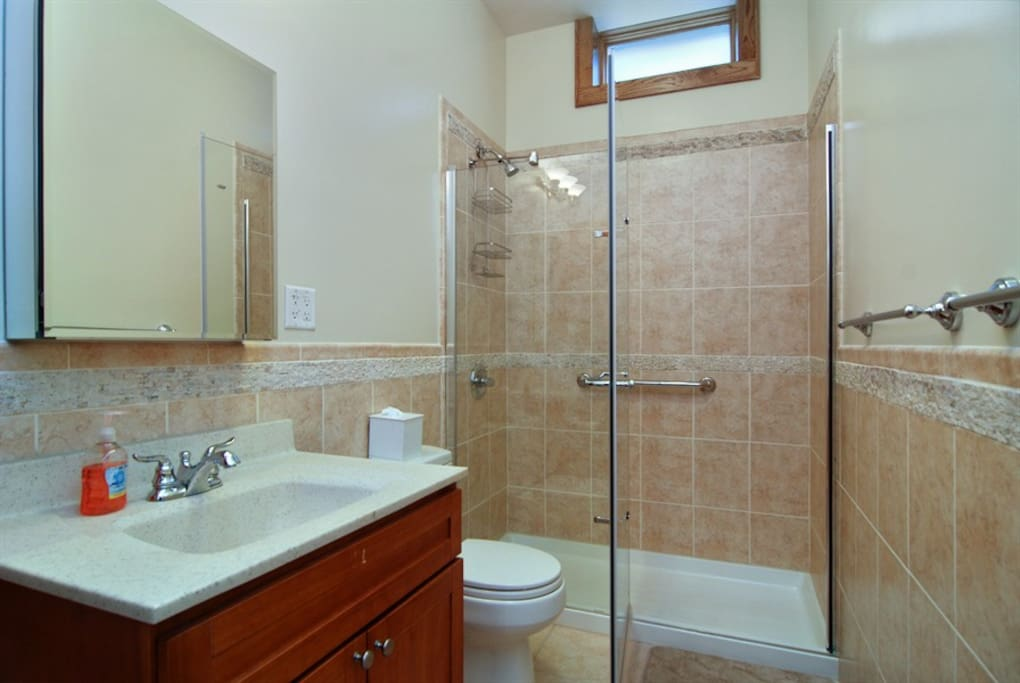 Full bathroom with six sets of towels.