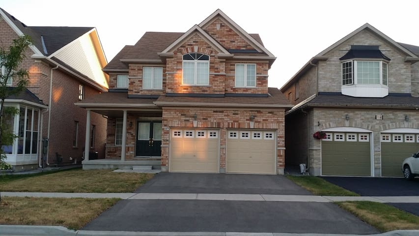 4 BED PRIVATE HOUSE FOR UPTO 10 PEOPLE IN MARKHAM! - Markham - House