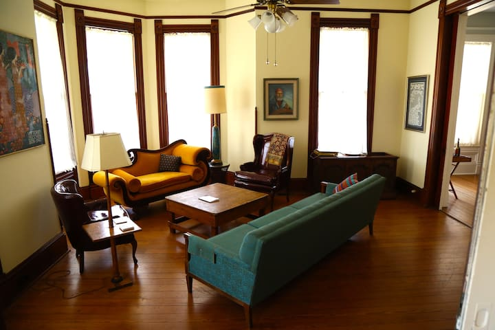 Historic Home, Private Room, Walk to UTMB & Strand - Galveston - Bed & Breakfast