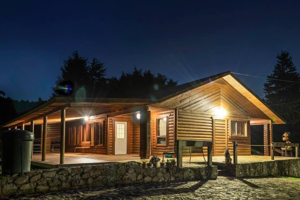Cabaña de noche