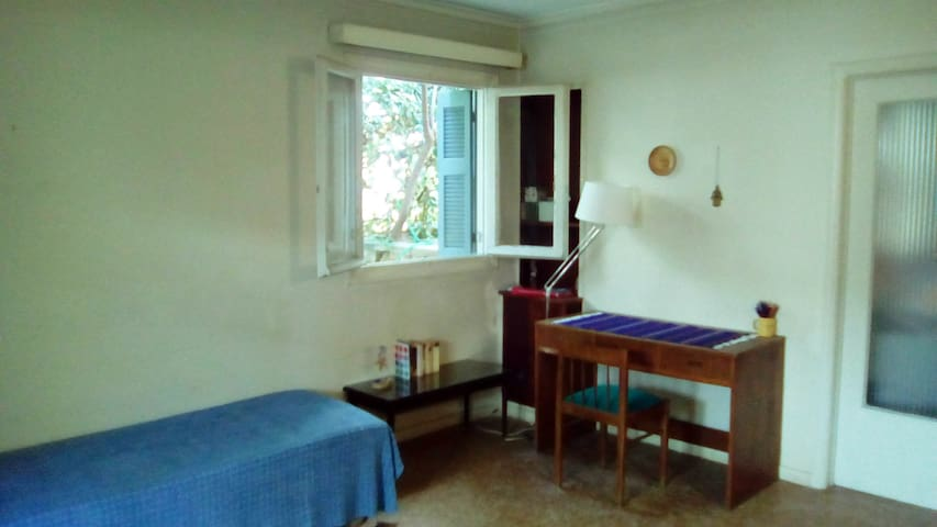 fully furnished room with garden close to the sea - Alimos - House