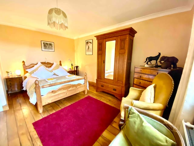 A comfortable spacious double room which has a southerly aspect overlooking field and woodland towards the hillsides beyond. Double bed with king-size duvet. Ample wardrobe and drawer space