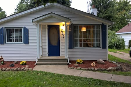 2 Bedroom Cottage Close To Lake Erie!!! - Essex