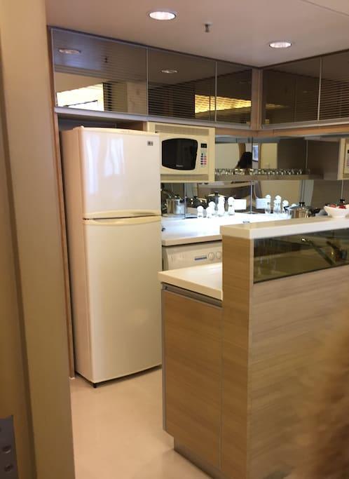 廚房,帶有冰箱、微波爐、洗衣機、抽油煙機、熱水壺、以及各種鍋等,也有洗潔精,就是筷子和碗需要自帶而已。